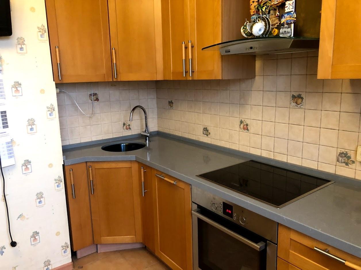 Кухонная столешница из кварца с бортиком